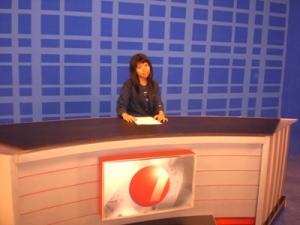 Berlagak sebagai presenter berita TV, Saat studi tour ke Studio TV One, Jakarta.