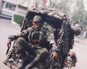 Pak Rohim (72) bersama Becak Perangnya terus menjadi pusat perhatian. Itulah yang menjadi keunikan sang komandan.