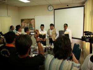 Presiden PKS Tifatul Sembirito ng dan rombongan PKS bersama Keluarga Besar BANGKA POS GROUP di News Room seusai berdiskusi terbatas di Ruang Belitung, Kantor Bangka Pos Group, Senin (23/3).